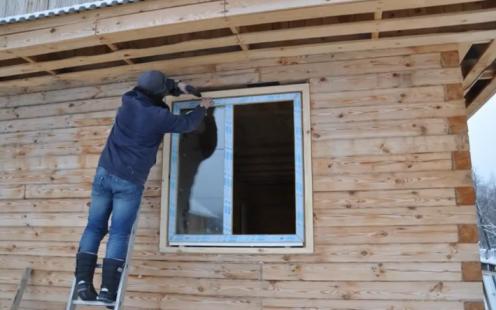 Монтаж стеклопакетов в доме из древесины